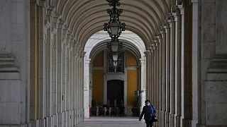 Uma mulher com máscara na baixa de Lisboa