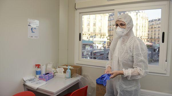 عاملة في المجال الطبي في مركز إجراء اهتبارات كوفيدـ19 في محطة ليون للقطارات في باريس. 2020/11/05
