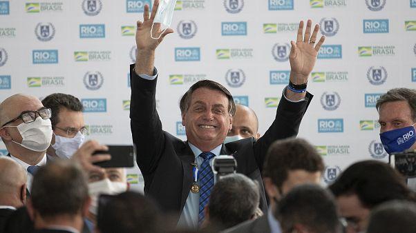 الرئيس البرازيلي يزيح كمامته ويط تفشي وباء كوفيدـ19 في ريو دي جانيرو. 2020/08/14