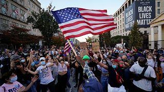 Des Américains rassemblés sur Black Lives Matter Plaza en face de la Maison Blanche à Washington fêtent la victoire de Joe Biden, 8 novembre 2020