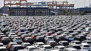 Almanya'nın Duisburg kentinde limanda duran araçlar