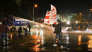 Vízágyúval és könnygázzal oszlatták az új választást követelő tömeget Tbilisziben