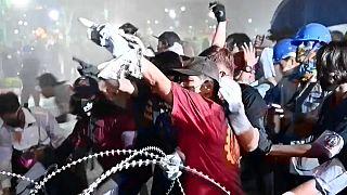 Manifestanti sfidano i cannoni ad acqua