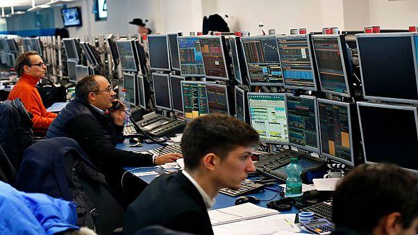 متدالون في سوق العملات  خلال جلسة مضاربة في باريس ، فرنسا ، الثلاثاء ، 6 فبراير ، 2018.