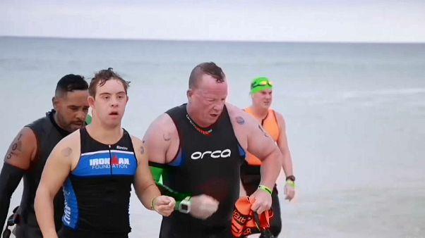Chris Nikic e la sua guida Dan Grieb, dopo i 3.8 km a nuoto