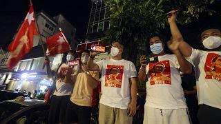 Aung San Suu Çii'nin liderliğindeki NLD Partisi taraftarları