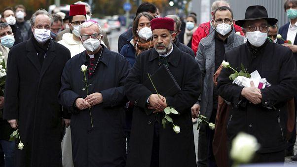 Református püspök, katolikus érsek, muzulmán imám és zsidó rabbi együtt tisztelegnek a bécsi terrortámadások áldozatai előtt