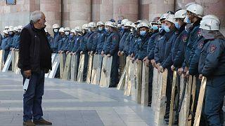 Truppe schierate davanti al palazzo del governo di Yerevan, Armenia. Migliaia di armeni hanno protestato per l'accordo di interruzione delle ostilità