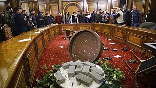 Des Arméniens en colère au siège du gouvernement à Erevan, 10 novembre 2020