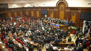 """Irruzione in parlamento a Yerevan, Armenia, il 10 novembre 2020. In molti urlano: """"Non rinunceremo alle nostre terre"""""""