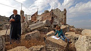 Saleh Jaour e una bambina, tra gli abitanti delle rovine di Baqirha