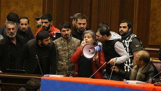 Ermeni Parlamentosu'nu basan göstericiler slogan attı