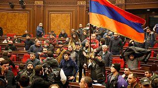 مخالفان آتشبس قرهباغ پارلمان ارمنستان را اشغال کردند