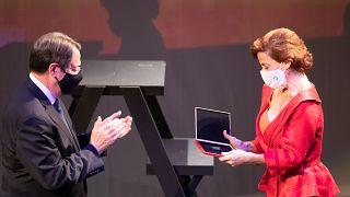 Η ηθοποιός Πόπη Αβραάμ παραλαμβάνει το Μεγάλο Βραβείο ΘΟΚ 2019