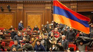 الشرطة الأرمينية تستعيد السيطرة على البرلمان ومقر الحكومة