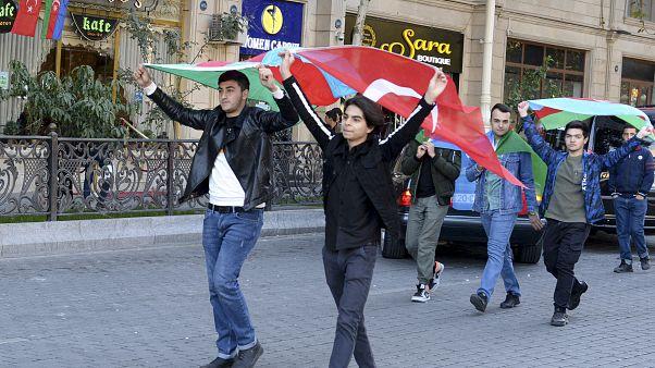 أذريون يحتفلون بعد توقيع الاتفاق