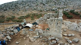 نازحون سوريون يسكنون موقعاً أثرياً