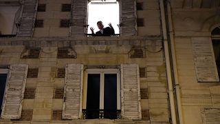 A Paris, un chanteur d'opéra à la fenêtre