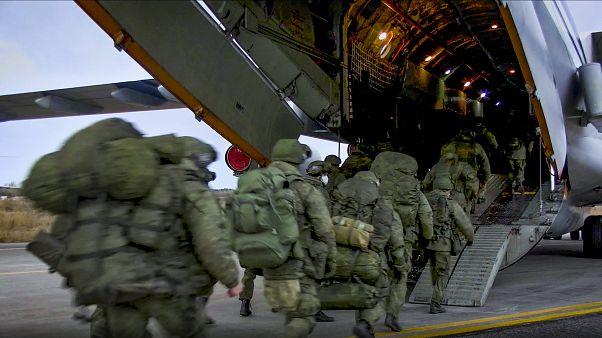 Russische Truppen bei der Verlegung nach Bergkarabach