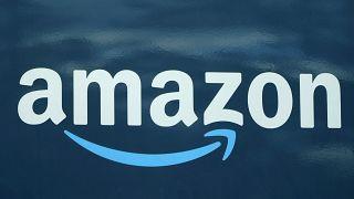 Il logo Amazon su un furgone