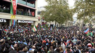 مواطنون في العاصمة الأذربيجانية باكو تحتفلون بالإعلان عن وقف إطلاق النار في إقليم ناغورني كاراباخ
