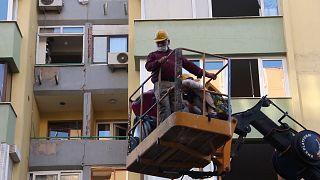İzmir'de hasarlı binalardan vinç yardımıyla eşya tahliyesi yapılıyor