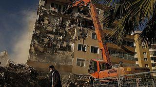 شاهد: عمليات تدمير المباني المتضررة جراء زلزال تركيا