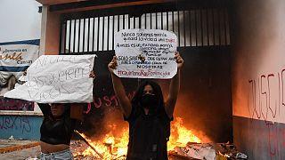 Duas participantes no protesto de segunda-feira à noite em Cancún