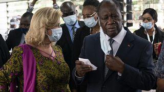 رئيس ساحل العاج الحسن وتارا إلى جانب زوجته دومينيك وتارا