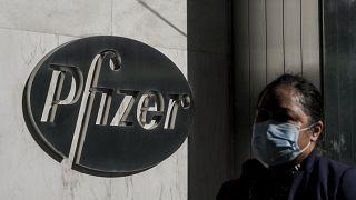 مارة بالقرب من مقر شركة بفايزر التي أعلنت إنتاج لقاح لكورونا فعال بنسبة 90 بالمئة
