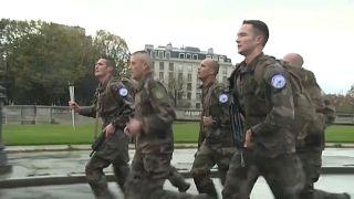 جنود فرنسيون يركضون في العاصمة باريس