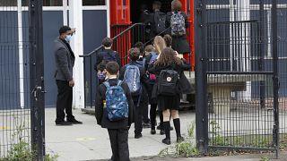 Diákok tartanak az iskolába Londonban 2020. szeptember 3-án