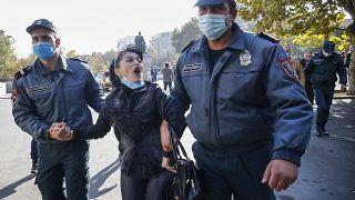 Eine junge Armenierin protestiert wütend gegen ihre Festnahme auf dem Platz der Freiheit in Eriwan