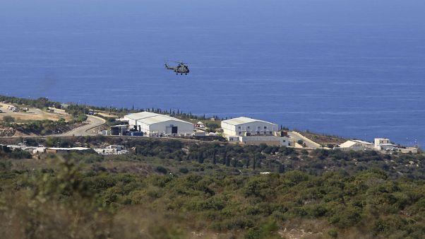 مروحية تحلق فوق قاعدة لقوات حفظ السلام التابعة للأمم المتحدة في بلدة الناقورة جنوب لبنان. 2020/10/14