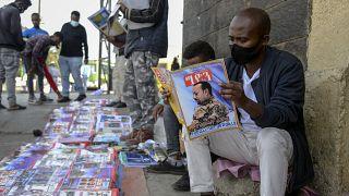 إثيوبيون يقرأون الصحف والمجلات التي تغطي وقائع المواجهات في البلاد ـ أديس أبابا. 2020/11/07