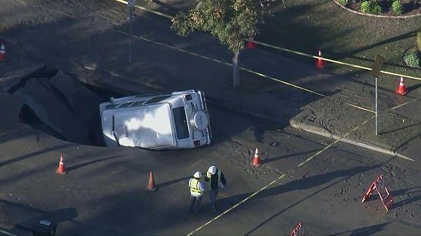 ویدئو؛ گودال نزدیک بود خودرویی را به ناگهان در لسآنجلس ببلعد