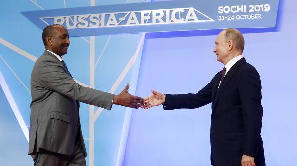 Abdel Fattah al-Burhan szudáni vezető és Valgyimir Putyin orosz elnök / Szocsi, 2019.
