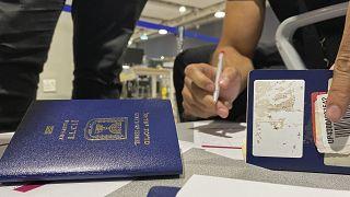 إسرائيليون بصدد تعمير مطبوعات إثر هبوطهم في مطار دبي. 2020/11/08