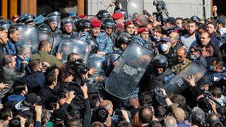 Ermenistan'da binlerce kişi Başbakan Paşinyan'ın istifası talebiyle meydanlara indi
