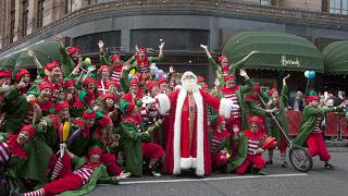 Рождество - райский сезон для знаменитого Harrods, и вопрос выживания для маленьких магазинчиков