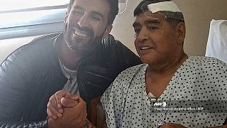 Diego Maradona acompañado por su médico Leopoldo Luque