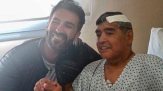Leopoldo Luque, o médico pessoal, ao lado de Maradona ainda na clínico de Olivos