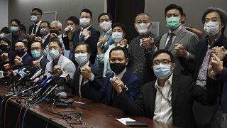 أعلن نواب هونغ كونغ المعارضون أنهم سيستقيلون جماعياً من البرلمان إثر إقالة أربعة بينهم