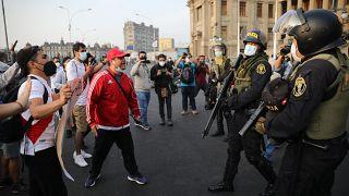 Cara a cara entre manifestantes y la Policía ante el Palacio de Justicia de Lima, Perú