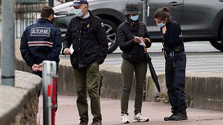 Des policiers contrôlent les attestations de sortie pour le deuxième confinement, à Saint-Jean-de-Luz, au Pays basque français, le 3 novembre 2020