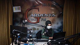 O estúdio de emissão da Gardenya FM no campo de Arbat, no Iraque