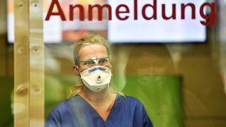 Eine Pflegekraft mit Gesichtsmaske an der Uniklinik Essen, 26.03.2020
