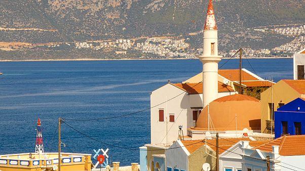 L'antica moschea di Kastellorizo. Sullo sfondo, le le case di Kas, in Turchia