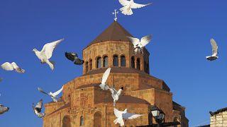 Голуби у собора Пресвятой Богородицы в Степанакерте/Ханкенди