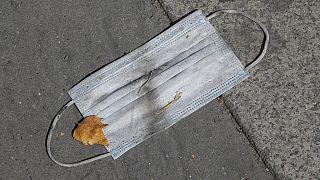 Einweg-Maske - in Pariser Vorort weggeworfen